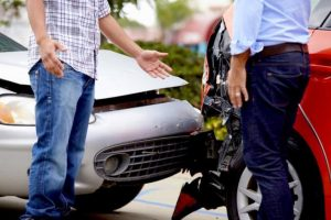 仕事中や通勤中の交通事故は自賠責保険と労災保険どちらを優先させる