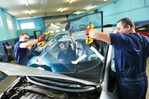 飛び石でフロントガラスが割れたときは車両保険を使う