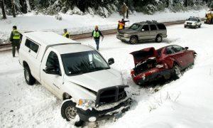 雪道をノーマルタイヤで走って事故を起こしたときの自動車保険
