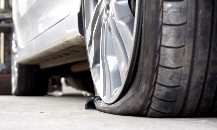 タイヤがパンクしたときの修理代は車両保険から出るのか