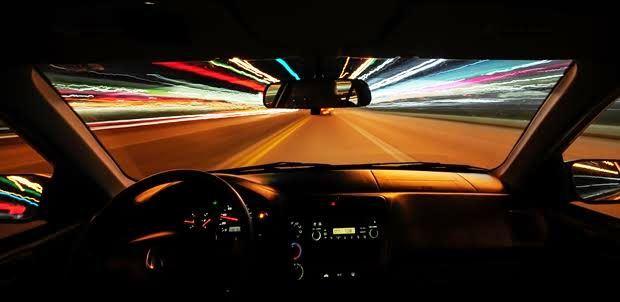 怖い夜間の運転は車のライトを正しく使って克服