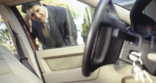 車のキーを閉じ込めてしまった時の対処法【ドアロック・鍵】
