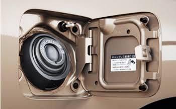 新型日産セレナ フルモデルチェンジでキャップレス給油口採用