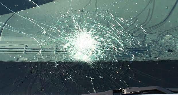 フロントガラスの割れ・飛び石被害を自動車保険で直すには