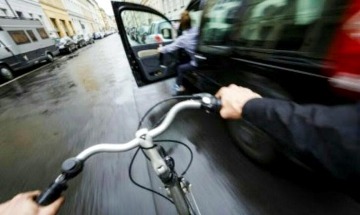 同乗者が開けた車のドアにバイクや自転車が接触した時の責任