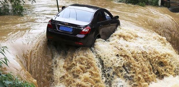 台風・ゲリラ豪雨・洪水などの自然災害被害で車両保険は使えるのか