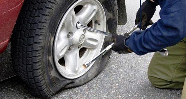 車のタイヤがパンクした時の対処・交換方法【原因・修理】