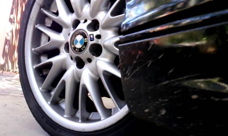 停車や駐車時にハンドルを据え切りすると車やタイヤを傷める