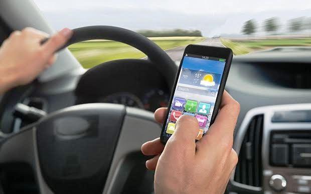 車を運転中に携帯電話・スマホが鳴った時はどうするか