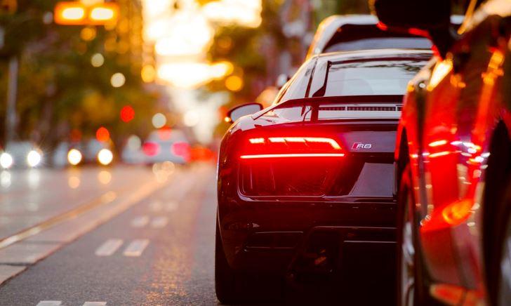 車で交差点を左折するときのコツ・ハンドル操作のタイミング