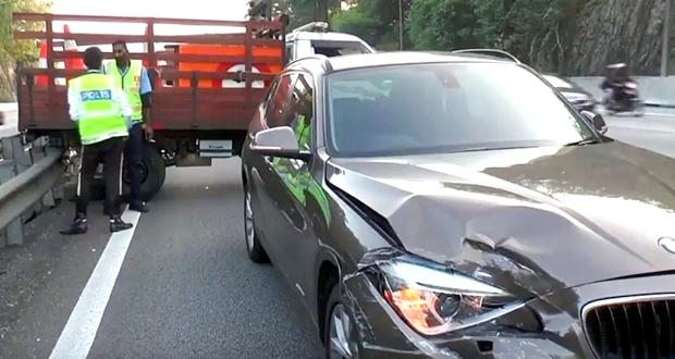 高速道路で事故を起こして追い越し車線に停車したときはどうする