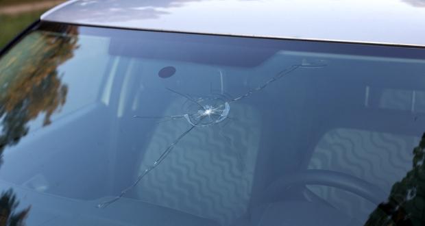 飛び石で傷ついたフロントガラスは車検に通るのか